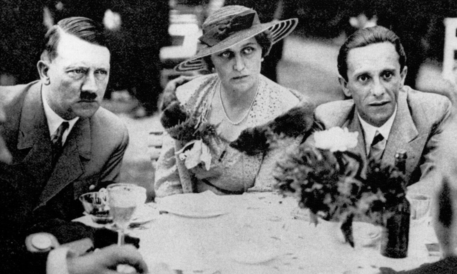 """""""Они оба были очень милы ко мне""""... Геббельс и его жена Магда с Гитлером."""