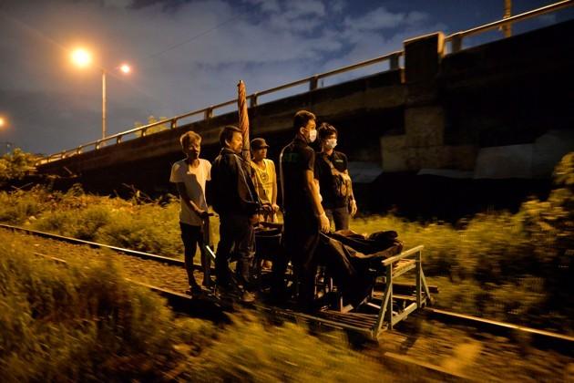 Жители перевозят на тележке два тела убитых полицейскими (фото Ezra Acayan / Reuters).