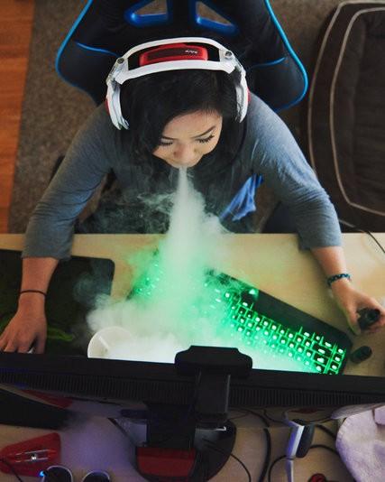 Диан Тран за компьютером, готовится к соревнованиям.